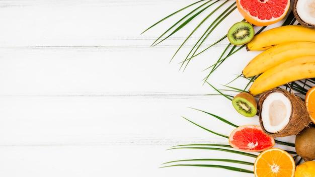 Foglie di piante con frutti tropicali freschi