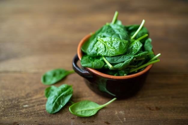 Foglie di spinaci freschi