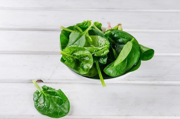 Foglie di spinaci in un piatto