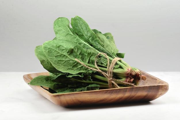 Foglie di spinaci legate in un fascio con una corda