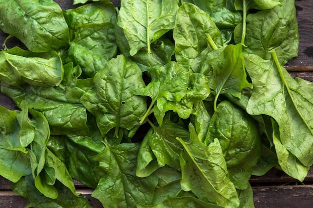 Foglie di spinaci su un mercato esterno.
