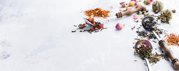 Foglie di tè assortite, nero, verde, rooibos e fragola in misurini.
