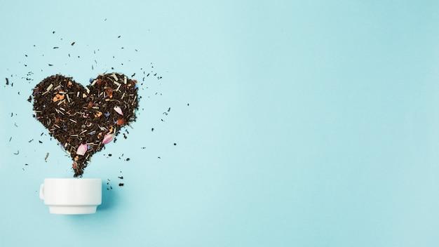 Foglie di tè che formano il cuore