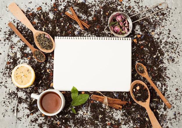 Foglie di tè e modello di blocco note