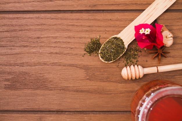 Foglie di tè e strumenti