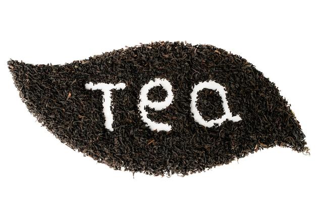 Foglie di tè nero rivestite con forma di foglia su bianco isolato. vista dall'alto.