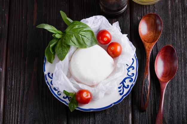 Foglie e mozzarella del basilico su un piatto