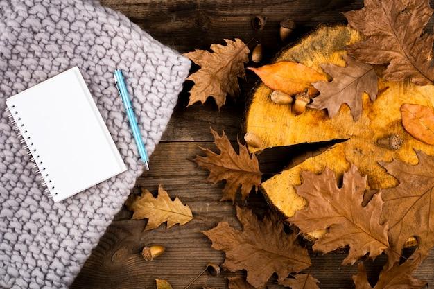 Foglie e taccuino di autunno asciutti