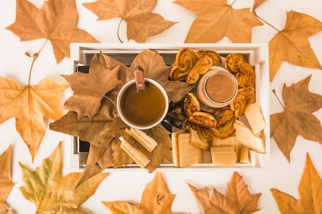 Foglie secche che si trovano intorno alla scatola con cibo per la colazione