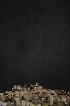 Foglie secche su sfondo scuro