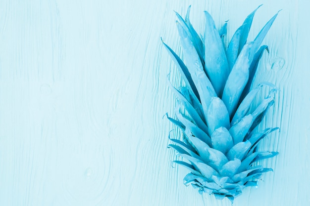 Foglie tropicali azzurre dipinte di ananas