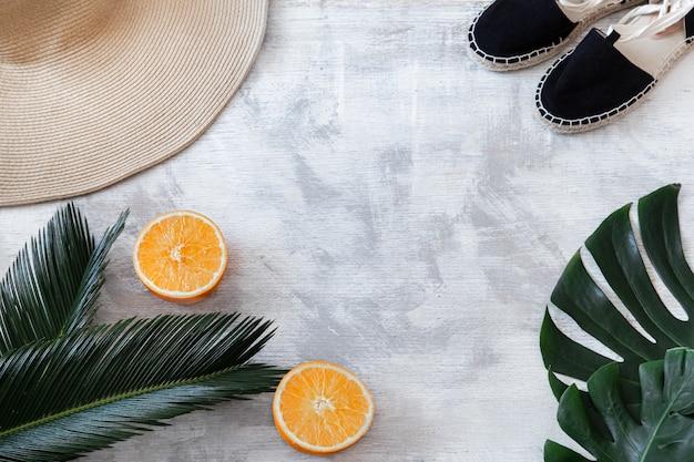 Foglie tropicali su bianco con accessori estivi