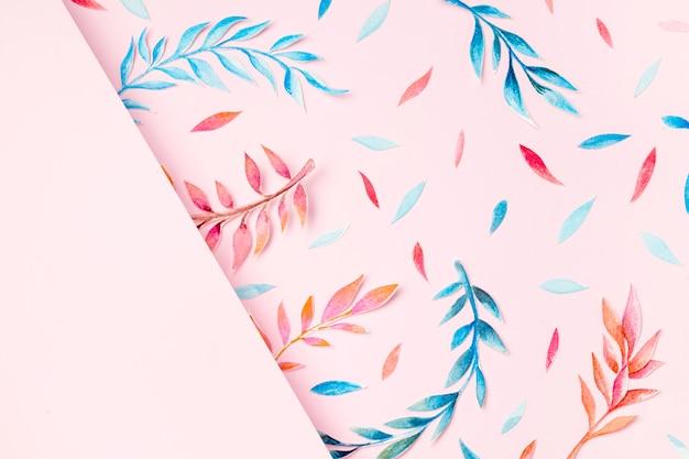 Foglie tropicali vista dall'alto su sfondo rosa