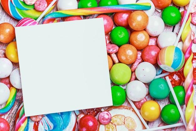 Foglio bianco su caramelle e dolci