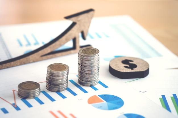 Foglio di calcolo di attività bancarie finanziarie con la pila di moneta e di fondo sui dati del ragioniere