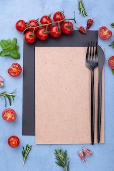 Foglio di carta bianca e ingredienti per cucinare