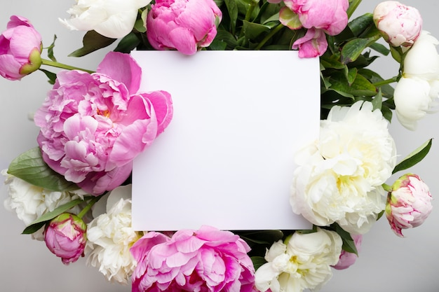 Foglio di carta bianco con peonie