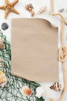 Foglio di carta bianco con rete da pesca