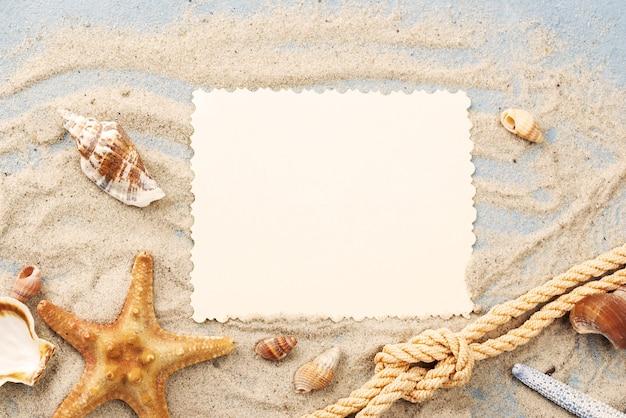 Foglio di carta bianco sulla sabbia
