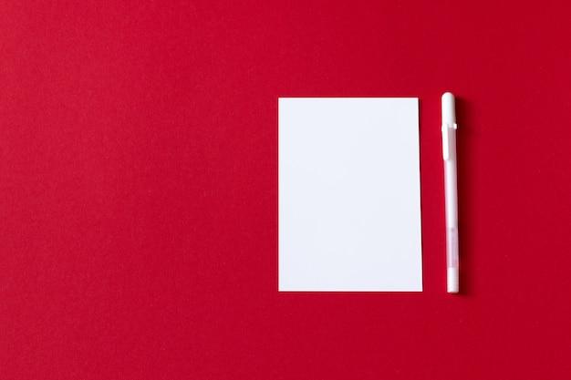Foglio di carta bianco vuoto isolato su sfondo rosso
