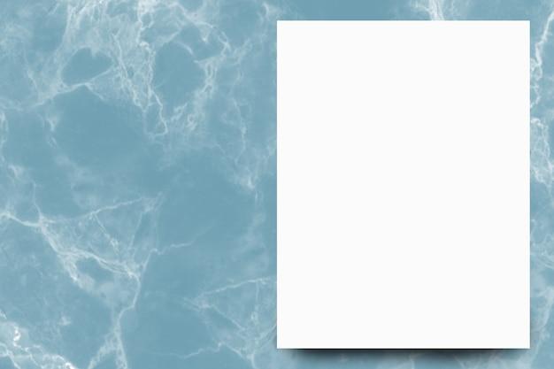 Foglio di carta bianco vuoto su sfondo di marmo indaco
