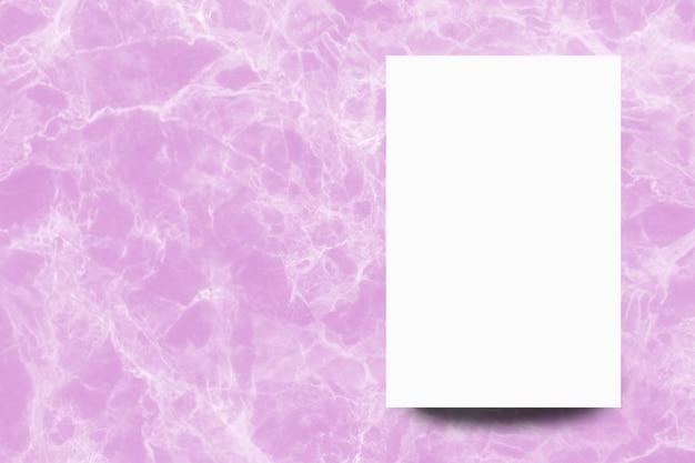 Foglio di carta bianco vuoto su sfondo di marmo rosa