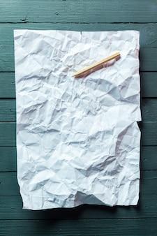 Foglio di carta e matita sgualciti. scrivere su un foglio a4