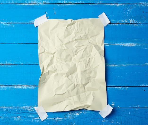 Foglio di carta sgualcito vuoto incollato con nastro adesivo negli angoli