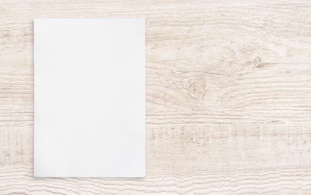 Foglio di carta su legno