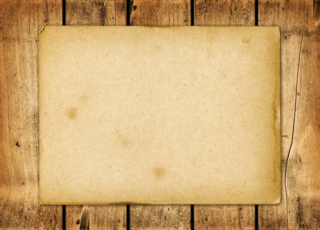 Foglio di carta vintage bianco su una tavola di legno