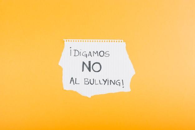 Foglio di quaderno con lo slogan spagnolo contro il bullismo