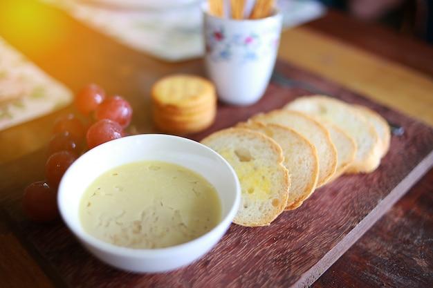 Foglio e pane tostato in un ristorante