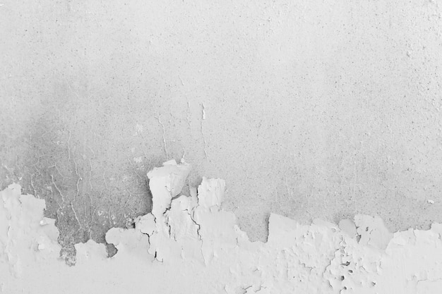 Fondo astratto dal vecchio muro di cemento bianco con superficie di colore staccata.