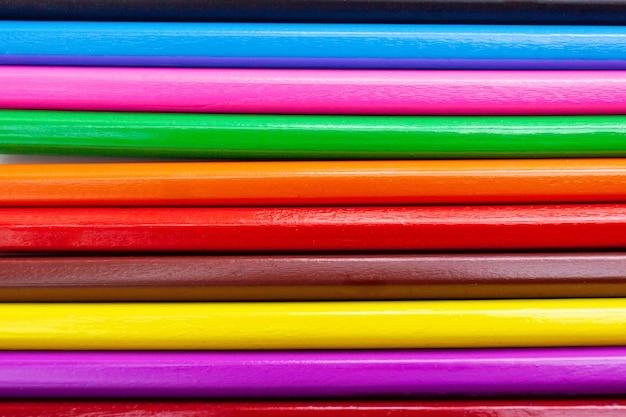 Fondo astratto del modello delle matite variopinte del primo piano.