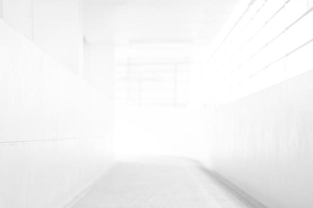 Fondo astratto della sfuocatura bianca dal corridoio di costruzione per il fondo della costruzione del corridoio