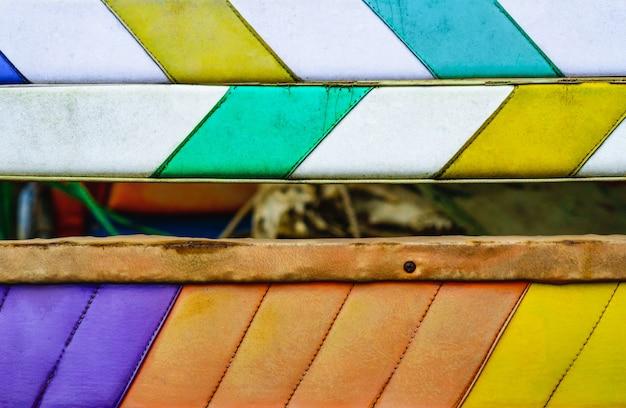 Fondo astratto di cuoio bianco, verde, arancio e giallo variopinto