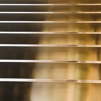 Fondo astratto dorato con linee orizzontali e strisce