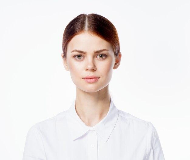 Fondo bianco chiaro di emozioni del ritratto della donna