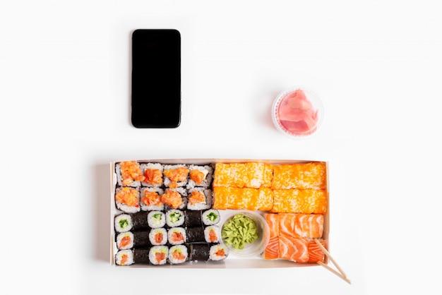 Fondo bianco dei rulli dell'insieme dei sushi