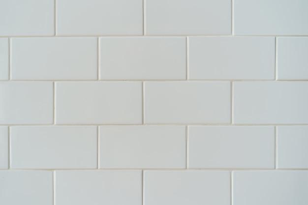 Fondo bianco della parete delle mattonelle del mattone ceramico, modello della parete.