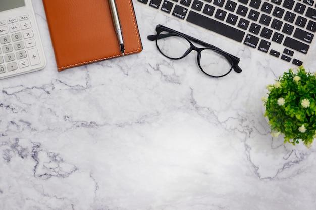 Fondo bianco dello spazio di lavoro della scrivania della pianura di disposizione dei piani