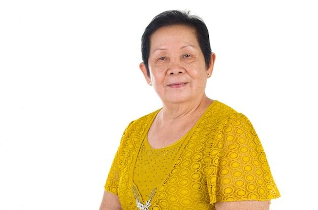 Fondo bianco isolato condizione cinese asiatica senior della donna adulta