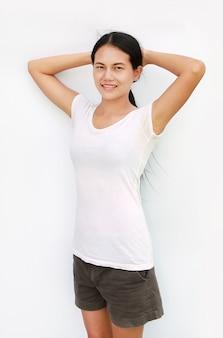 Fondo bianco isolato esercizio della maglietta di sorriso della tailandia della ragazza.