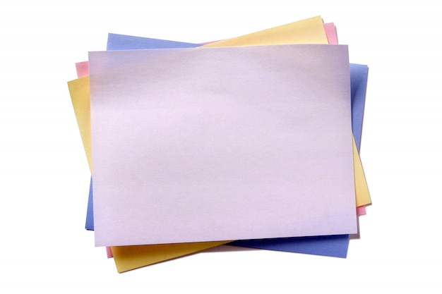 Fondo bianco isolato nota di posta appiccicosa di vari colori
