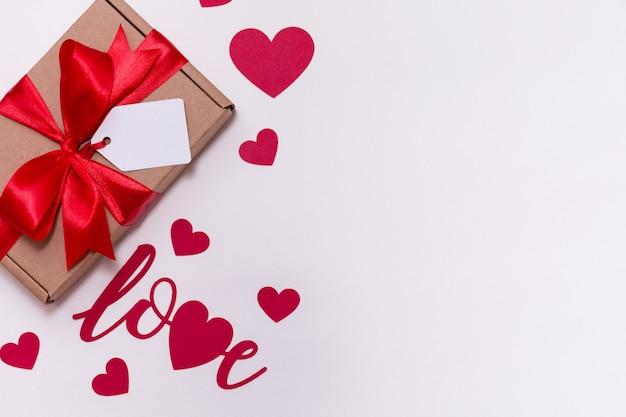 Fondo bianco senza cuciture romantico di giorno di biglietti di s. valentino, arco dell'etichetta del regalo, presente, amore, cuori