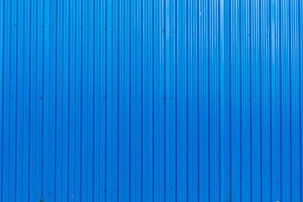Fondo blu di struttura delle bande verticali della superficie di metallo