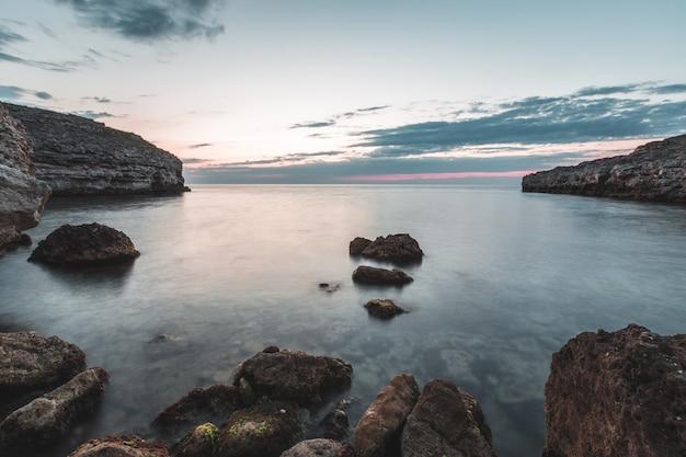 Fondo brillante di alba e del mare delle spiagge della destinazione della destinazione di vacanza