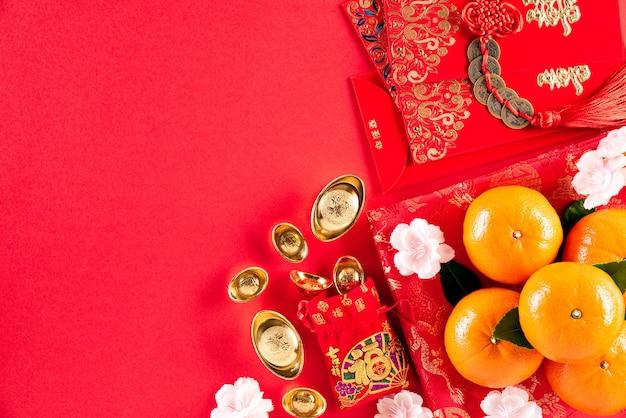 Fondo cinese di rosso delle decorazioni di festival del nuovo anno.