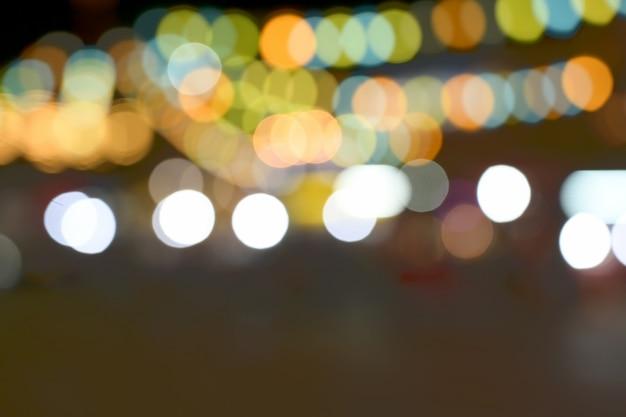 Fondo circolare del bokeh delle luci offuscanti della città