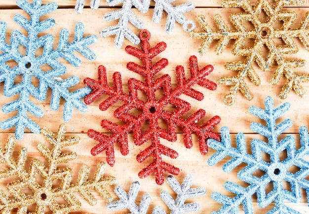 Fondo completo dei fiocchi di neve della struttura sul di legno